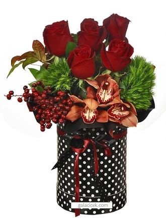Puantiye kutuda güller ve orkideler