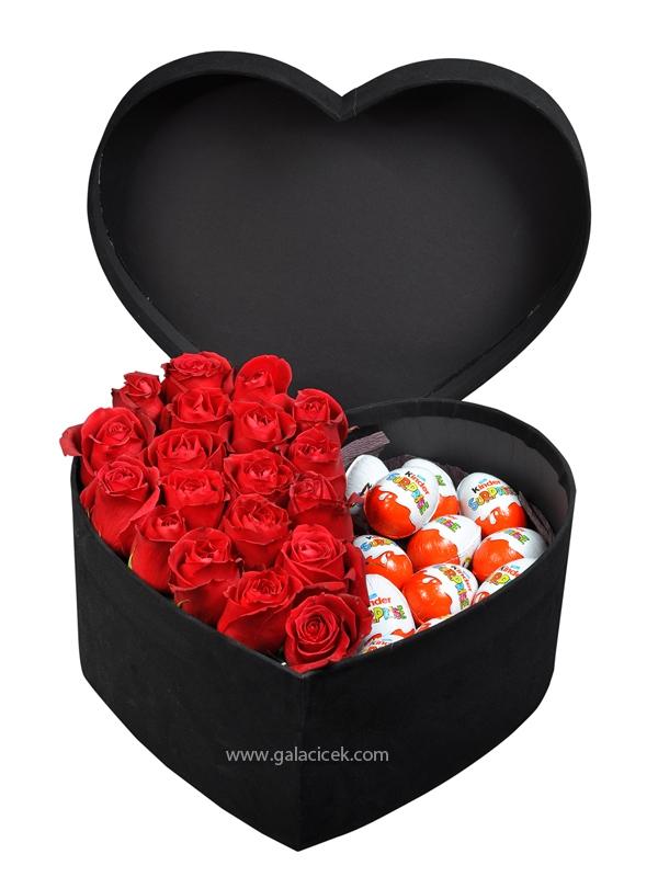 Kalp kutuda kırmızı güller ve çikolaya